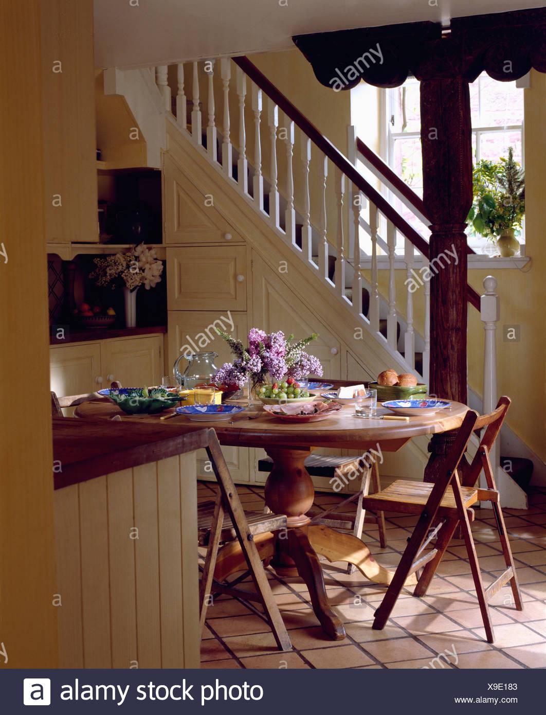 Circolare piccolo tavolo in legno e sedie pieghevoli in ...
