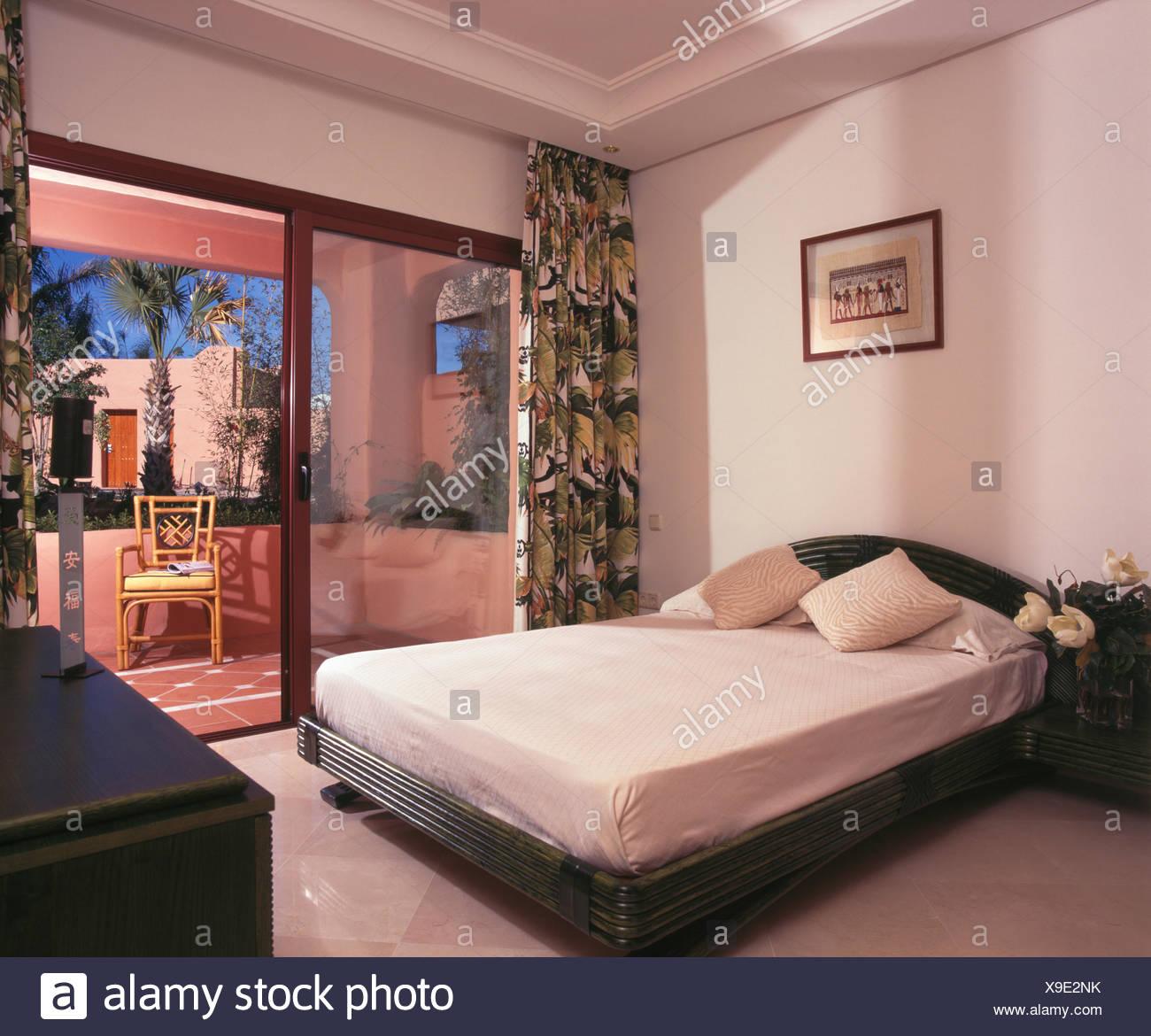 Cuscini di seta bianca e montato il coperchio sul letto ...
