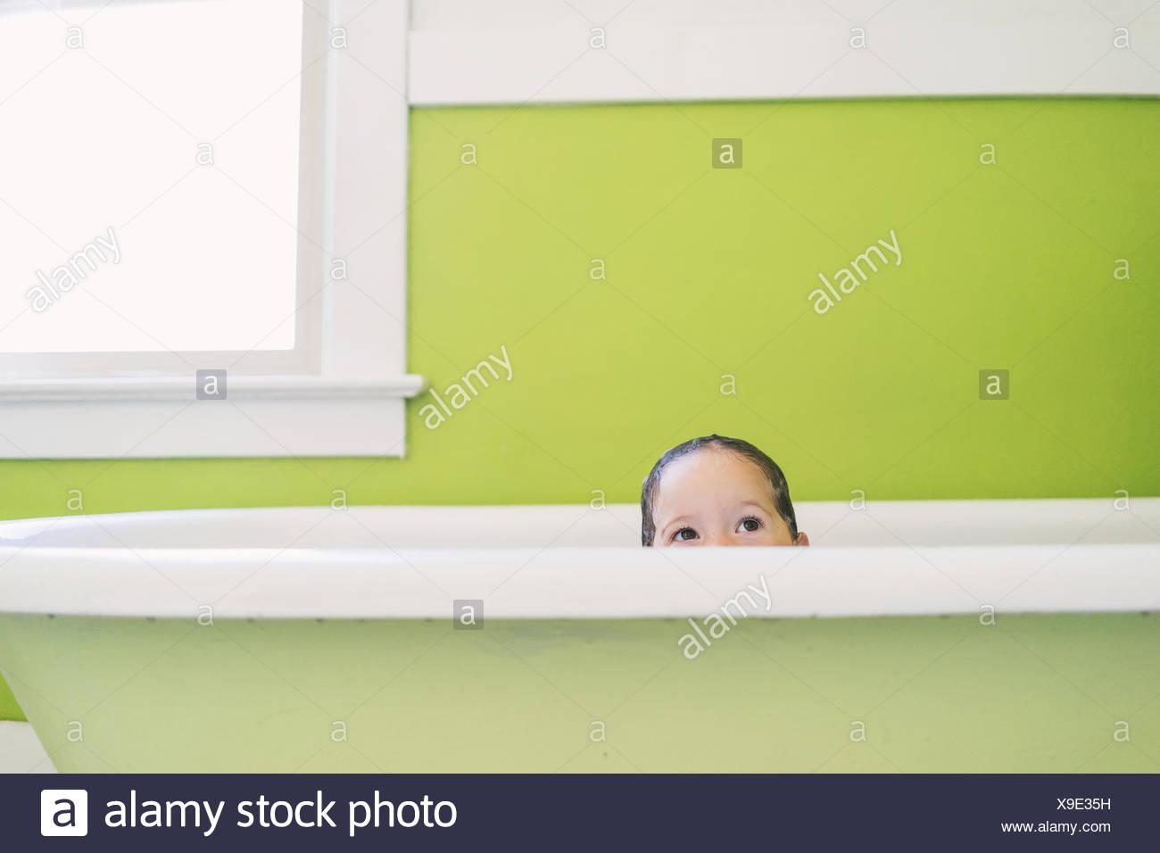 Piccola Vasca Da Bagno Che Si Sta Seduti : Child taking bath immagini & child taking bath fotos stock alamy