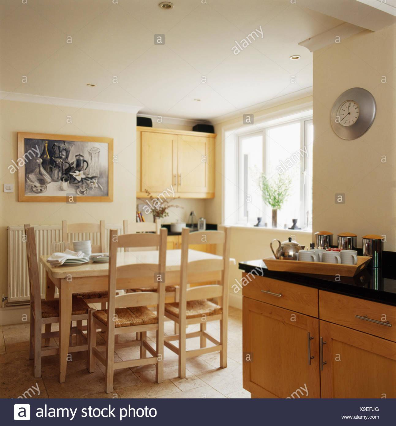 Legno dipinto tavolo e sedie nel paese di crema cucina sala da ...