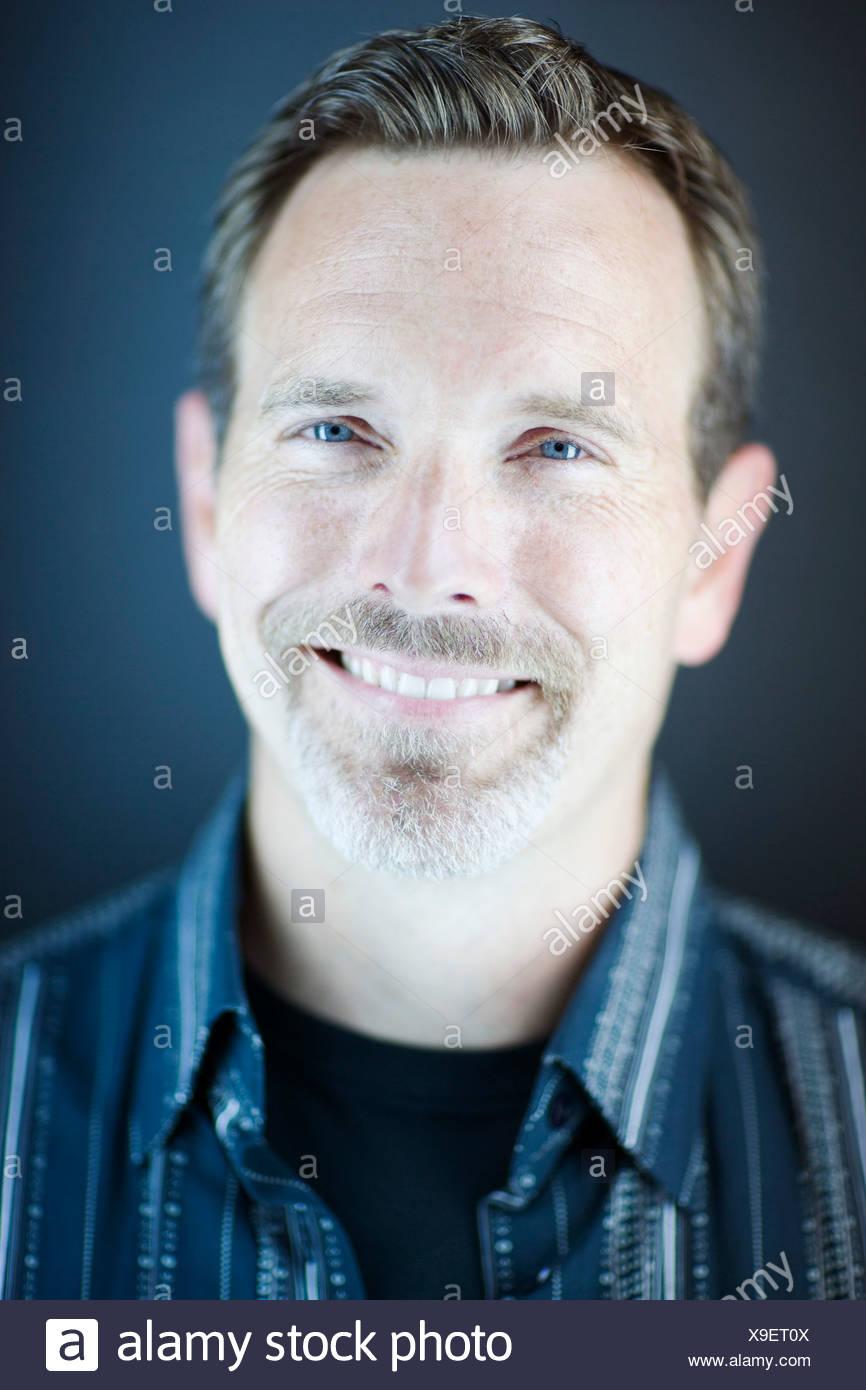 Studio portret dell uomo sorridente Immagini Stock