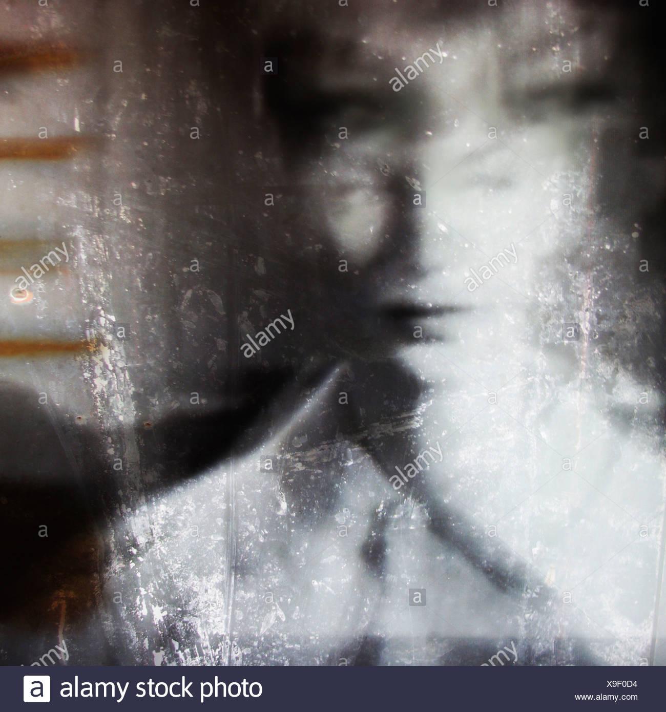 Immagine con trama di una donna percorrendo a lato Immagini Stock
