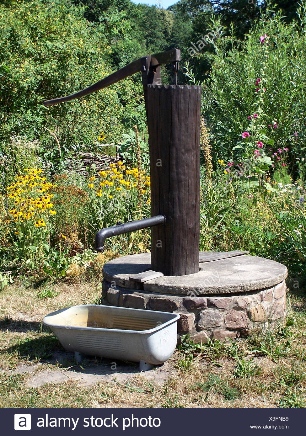 Old drinking water fountain pump immagini old drinking water fountain pump fotos stock alamy - Vasca da bagno antica ...