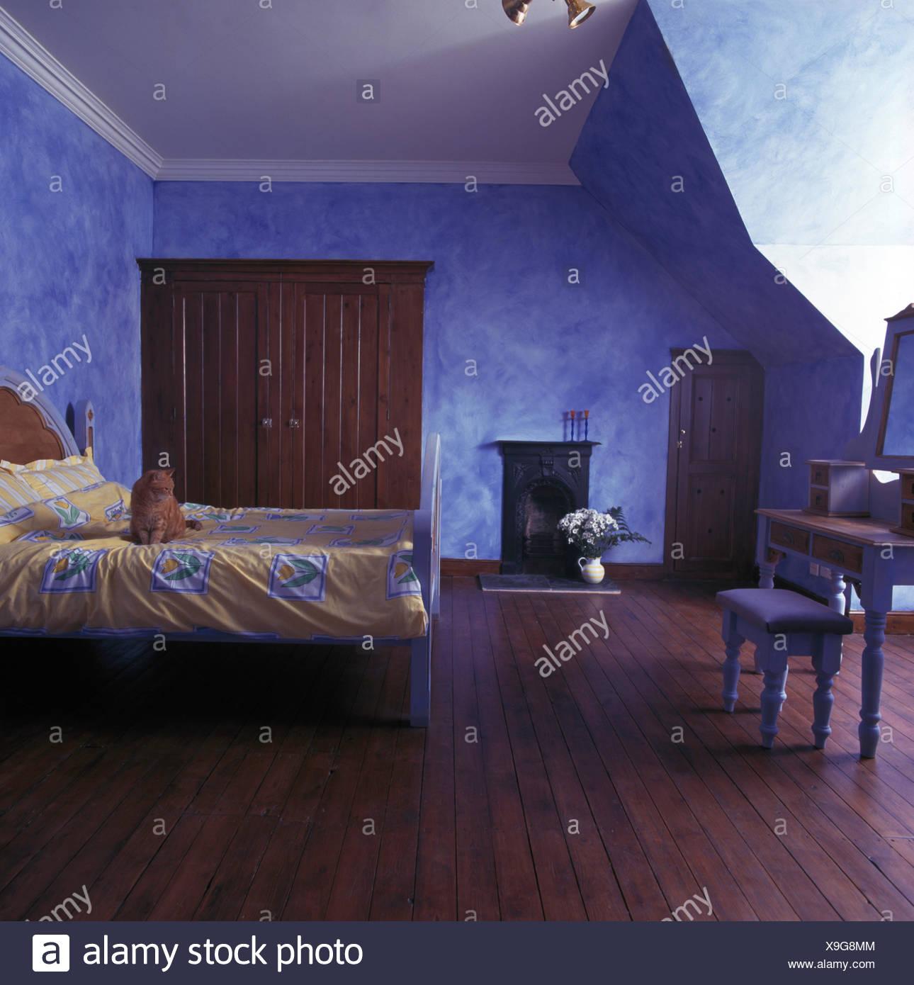 Il pavimento in legno nel grande paese blu camera da letto con le ...
