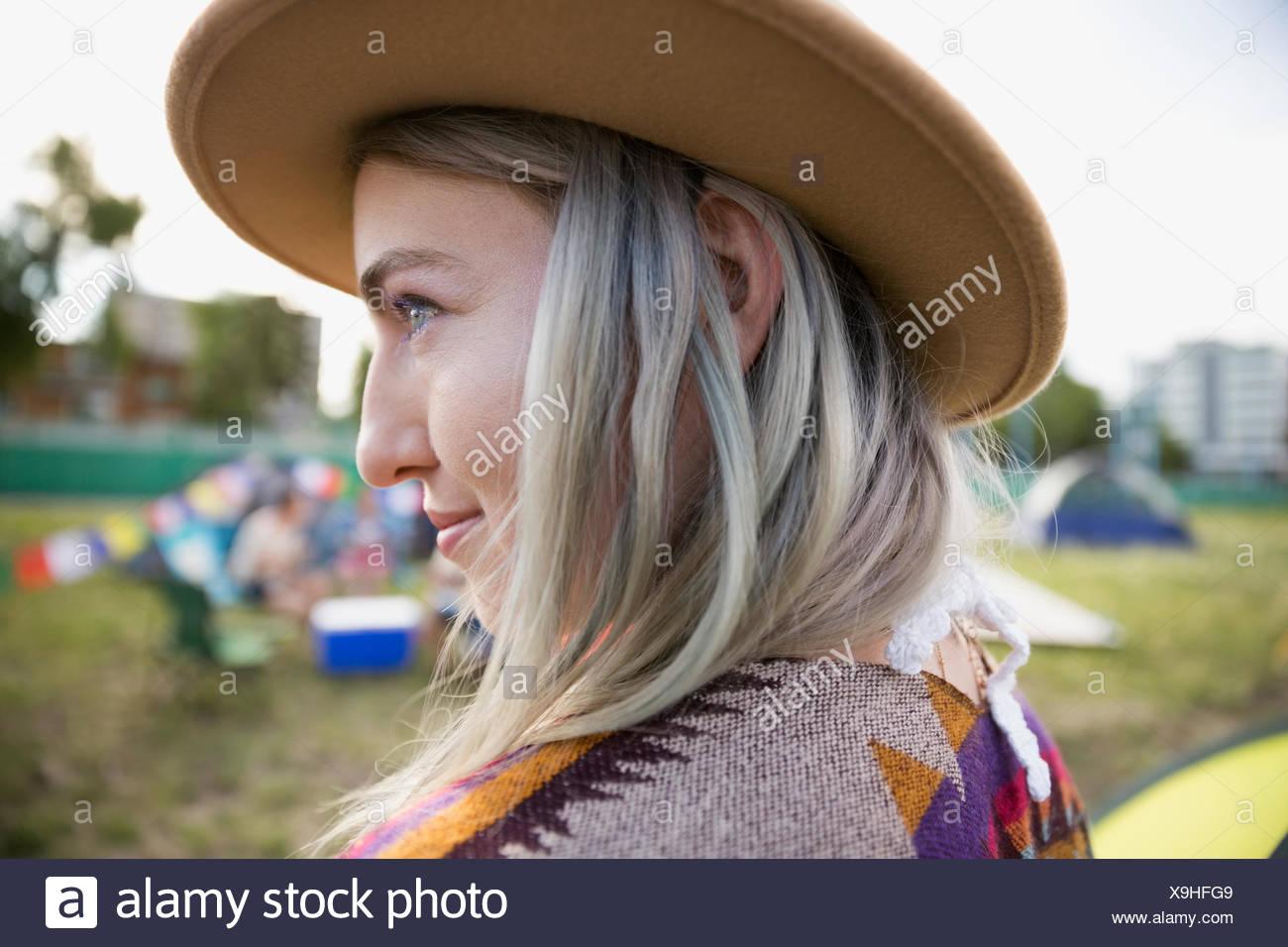 Chiudere Ritratto di giovane donna con chalk tinti i capelli indossando hat guardando lontano al festival musicale estivo Campeggio Immagini Stock