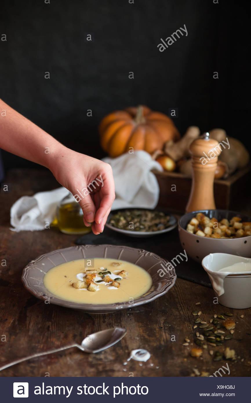 Ragazzo condimento ciotola di zuppa di patate Immagini Stock