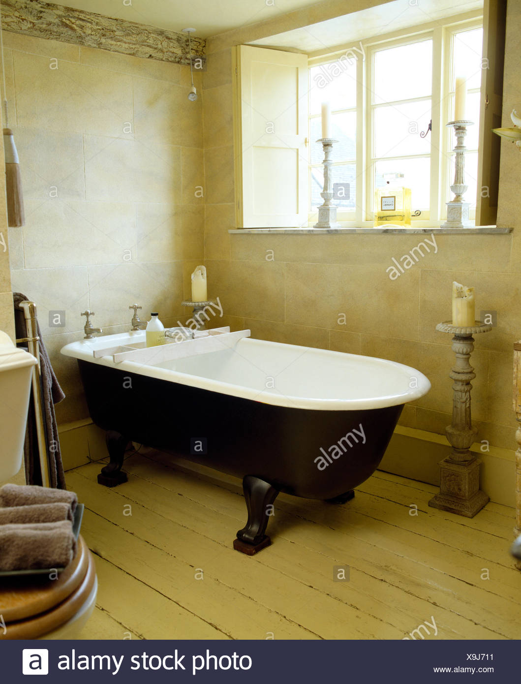 Roll top bagno in cottage bagno con pavimento in legno e vetro con ...