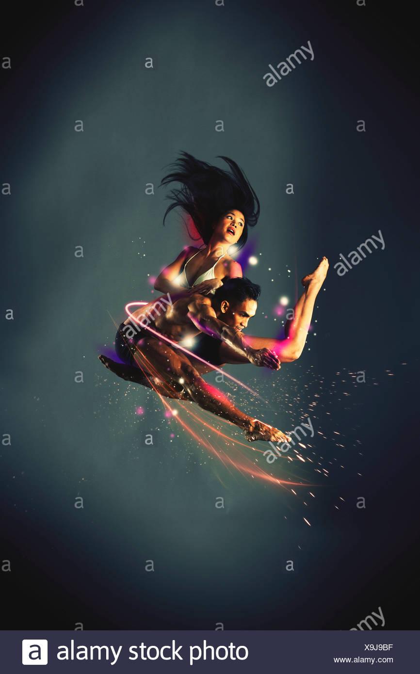Coppia danzante a mezz aria Immagini Stock