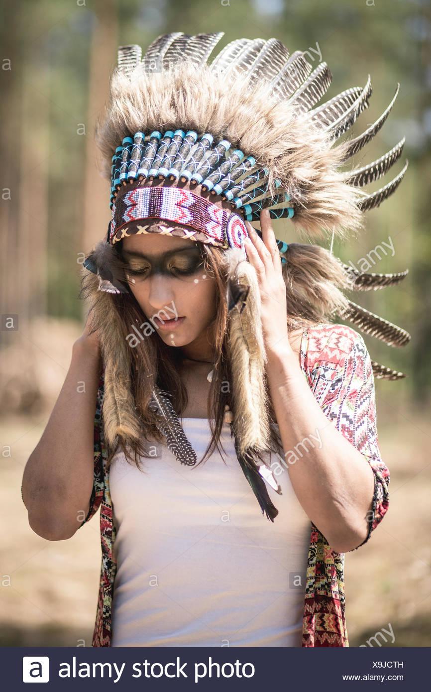 Giovane donna mascherata come un indiano Immagini Stock