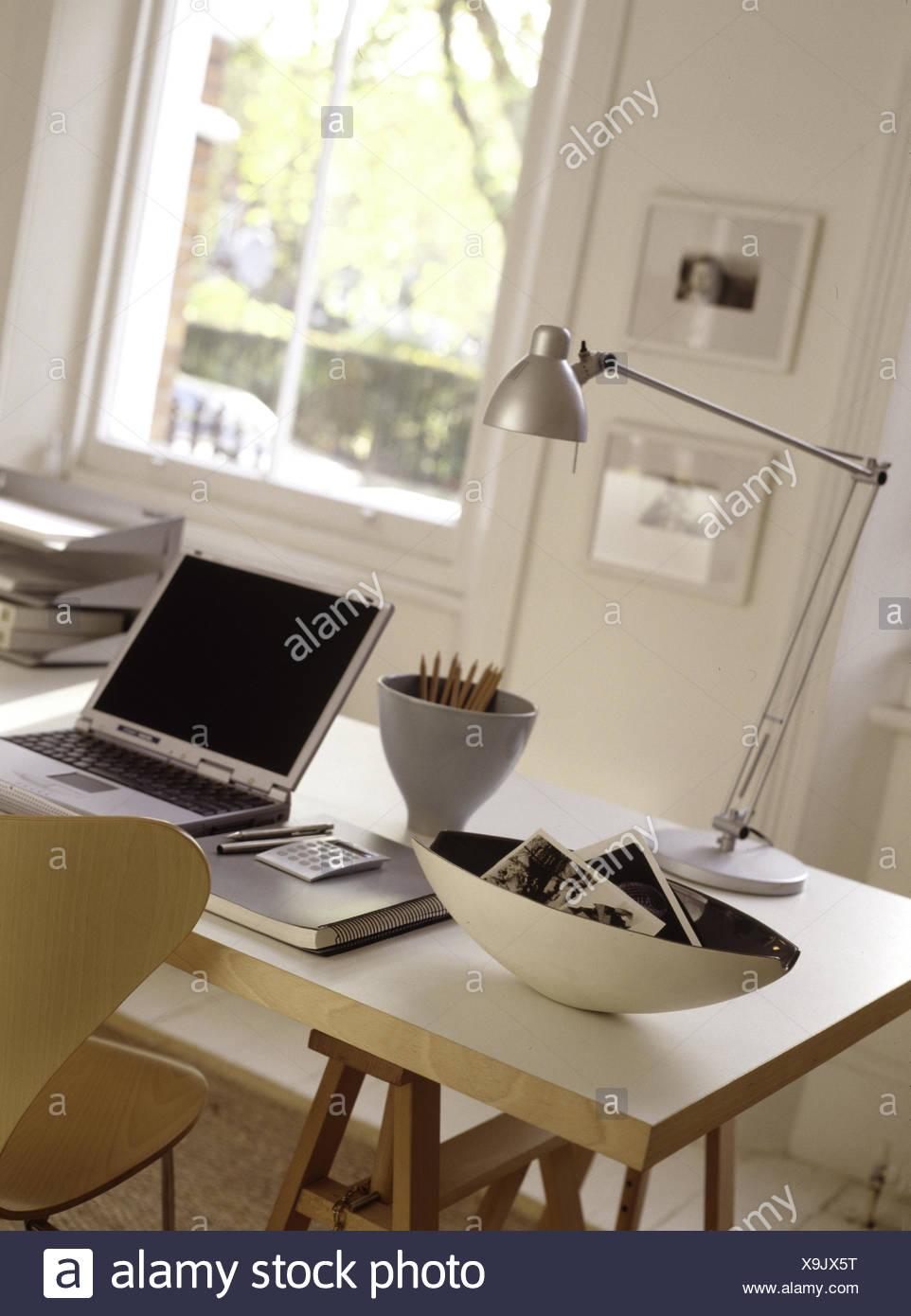 Cavalletto moderna scrivania con computer portatile e ...
