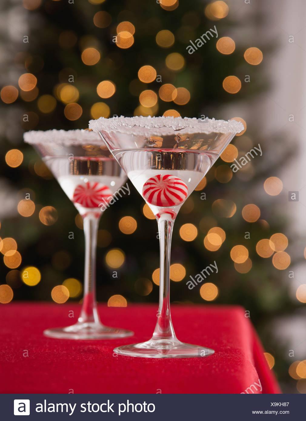 Stati Uniti d'America, Illinois, Metamora, bicchieri da Martini con caramelle all'interno contro illuminato albero di Natale Immagini Stock