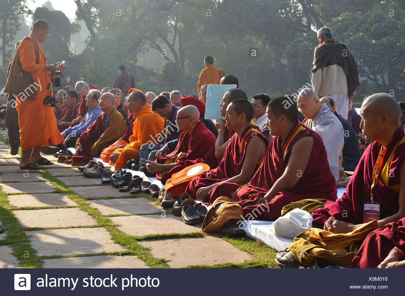 I monaci di tutte le tradizioni buddiste raccogliere per una preghiera comunitaria in loro l'arancione e il rosso accappatoi, Global Congregazione buddista 2011 Immagini Stock