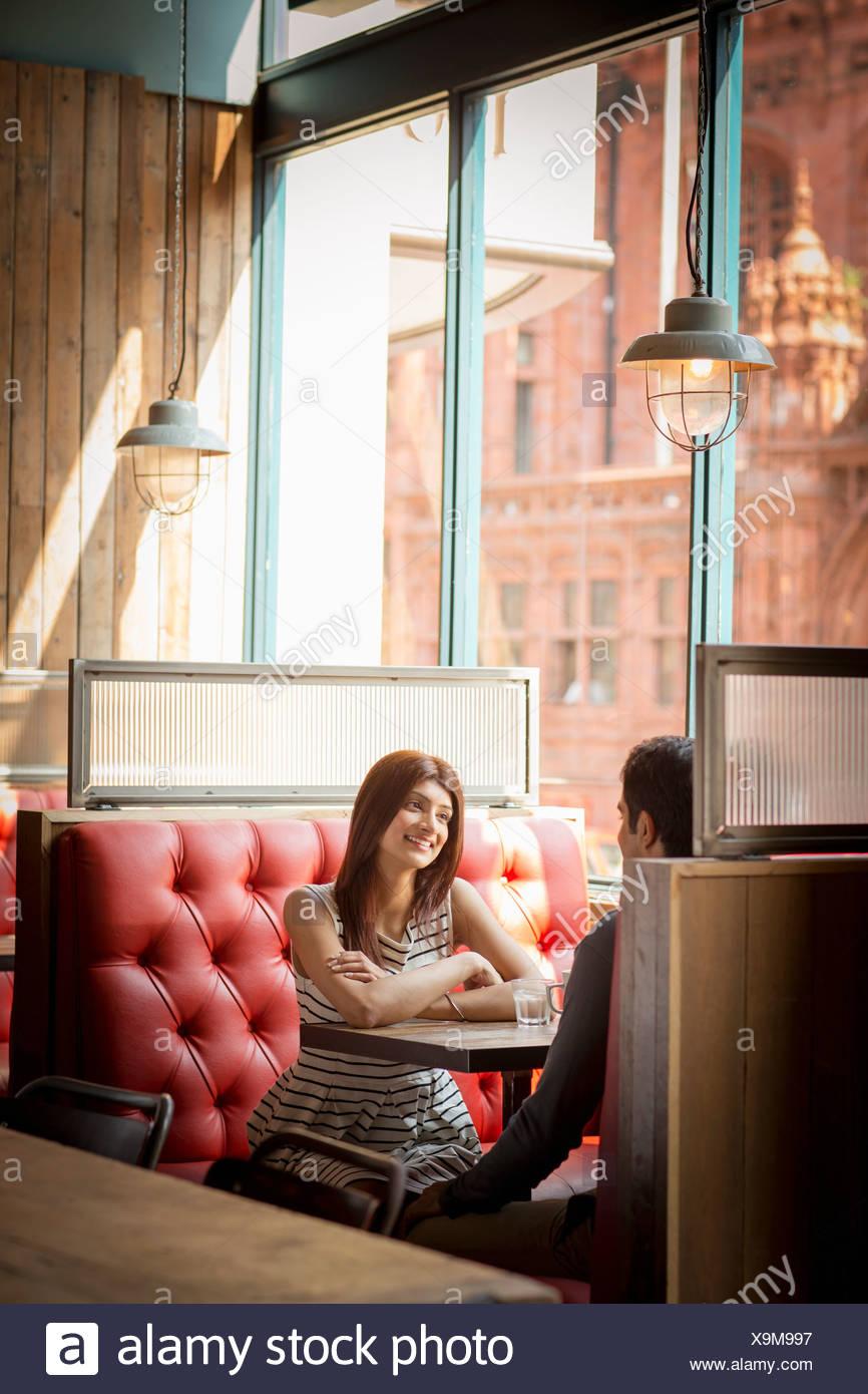 Giovane seduto in cabina di ristorante Immagini Stock