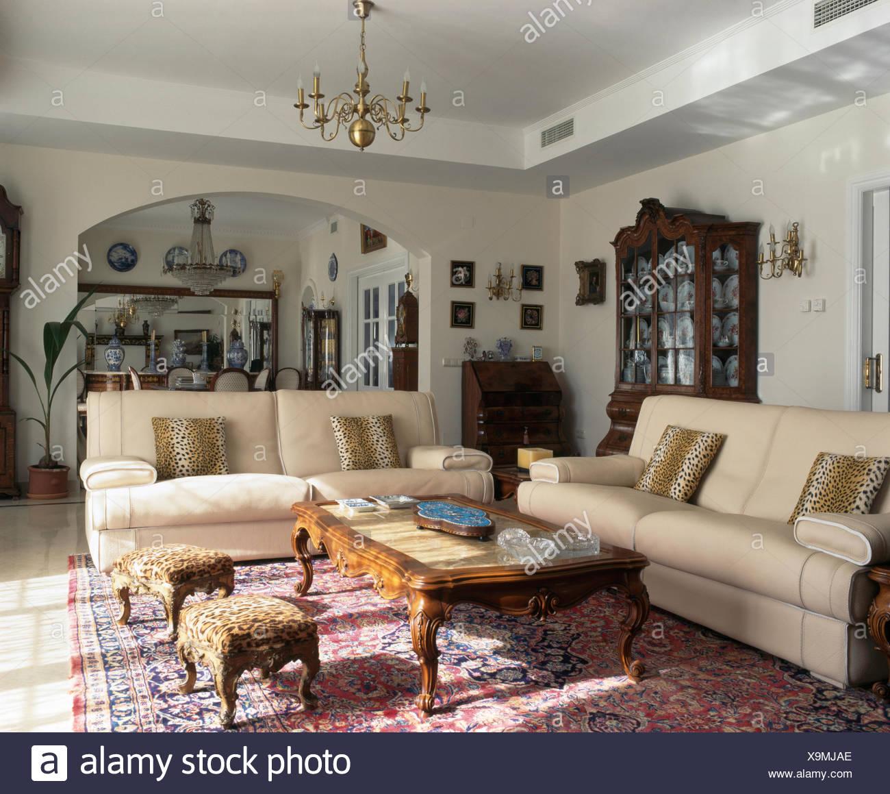 Divani color crema e leopard print cuscini e sgabelli in spagnolo ...