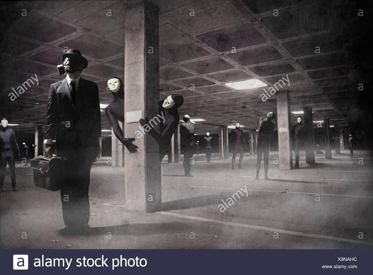 Immagine concettuale dell uomo d affari indossando maschera a gas valigetta di contenimento nel parcheggio sotterraneo con figure mascherato Foto Stock