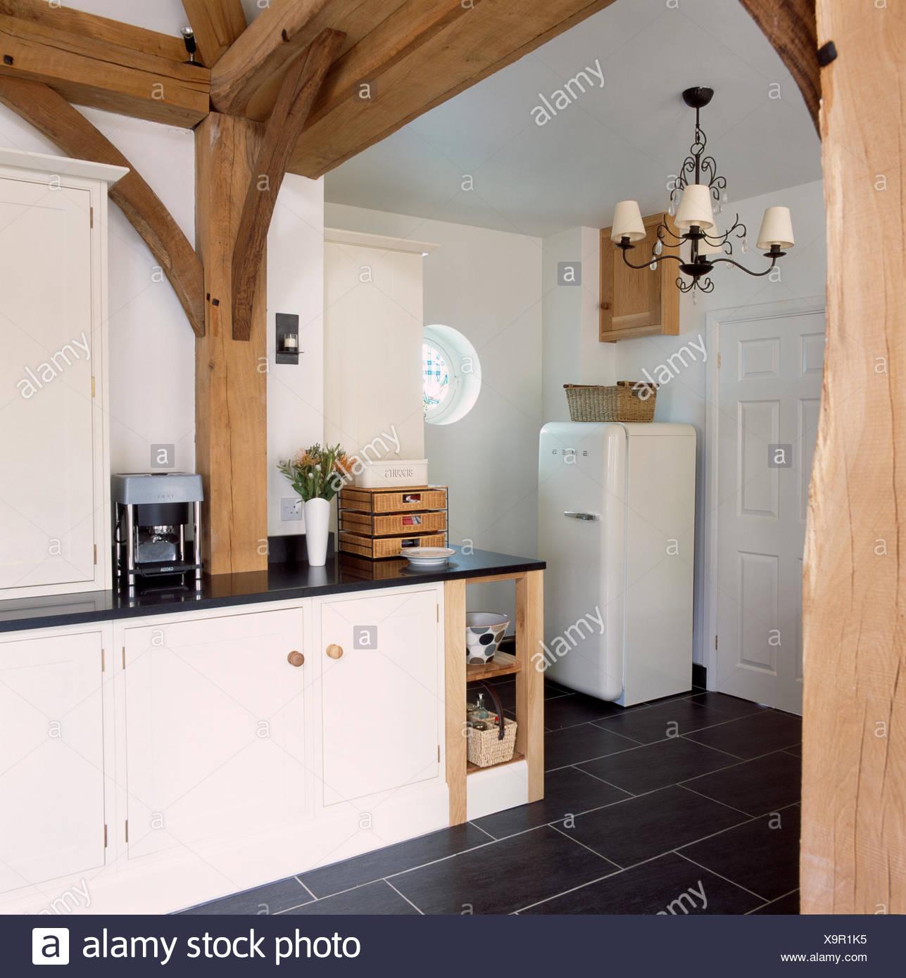 Grandi travi in legno nella conversione del granaio cucina con frigo ...