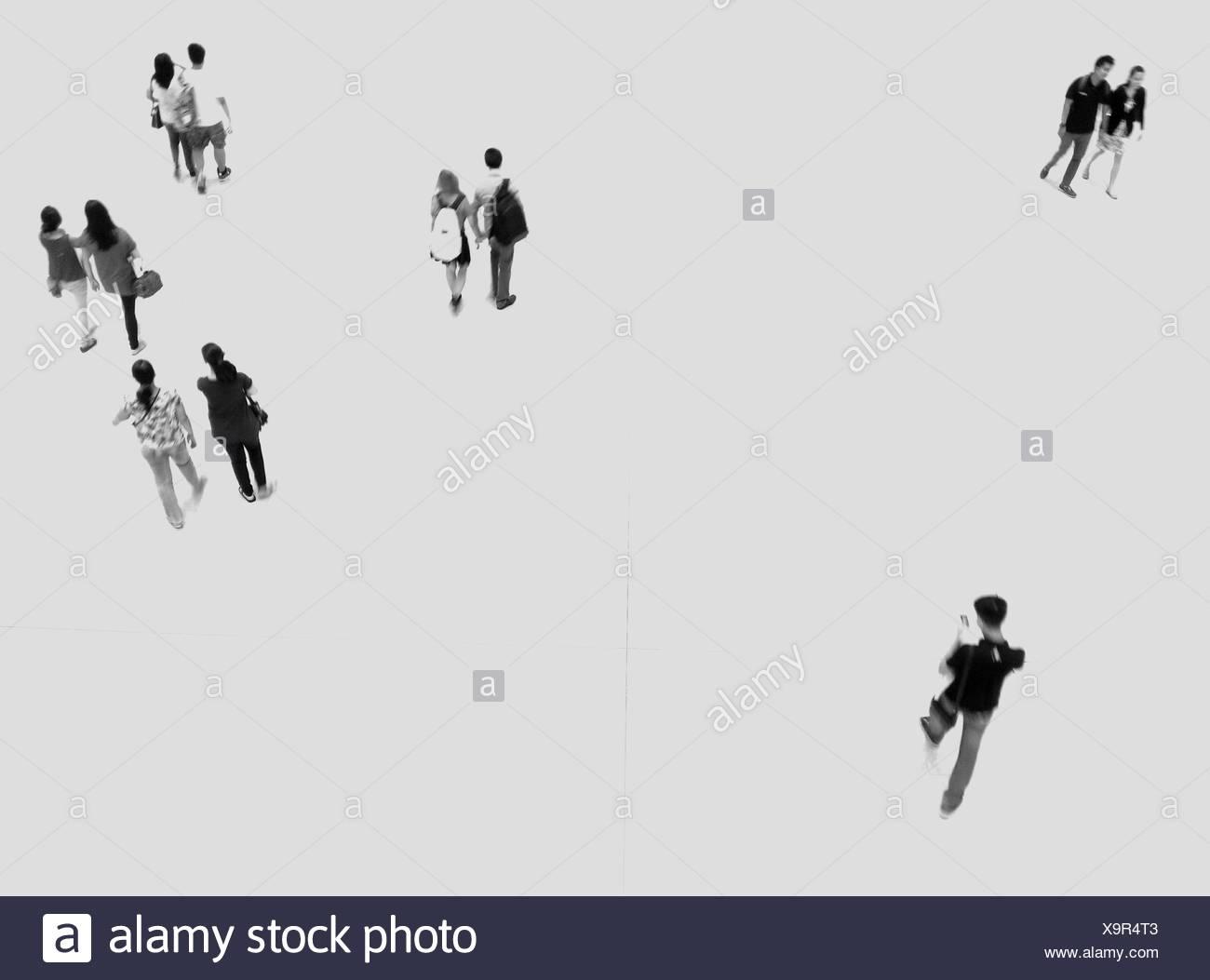 Elevato angolo di visione delle persone che camminano sul pavimento Immagini Stock