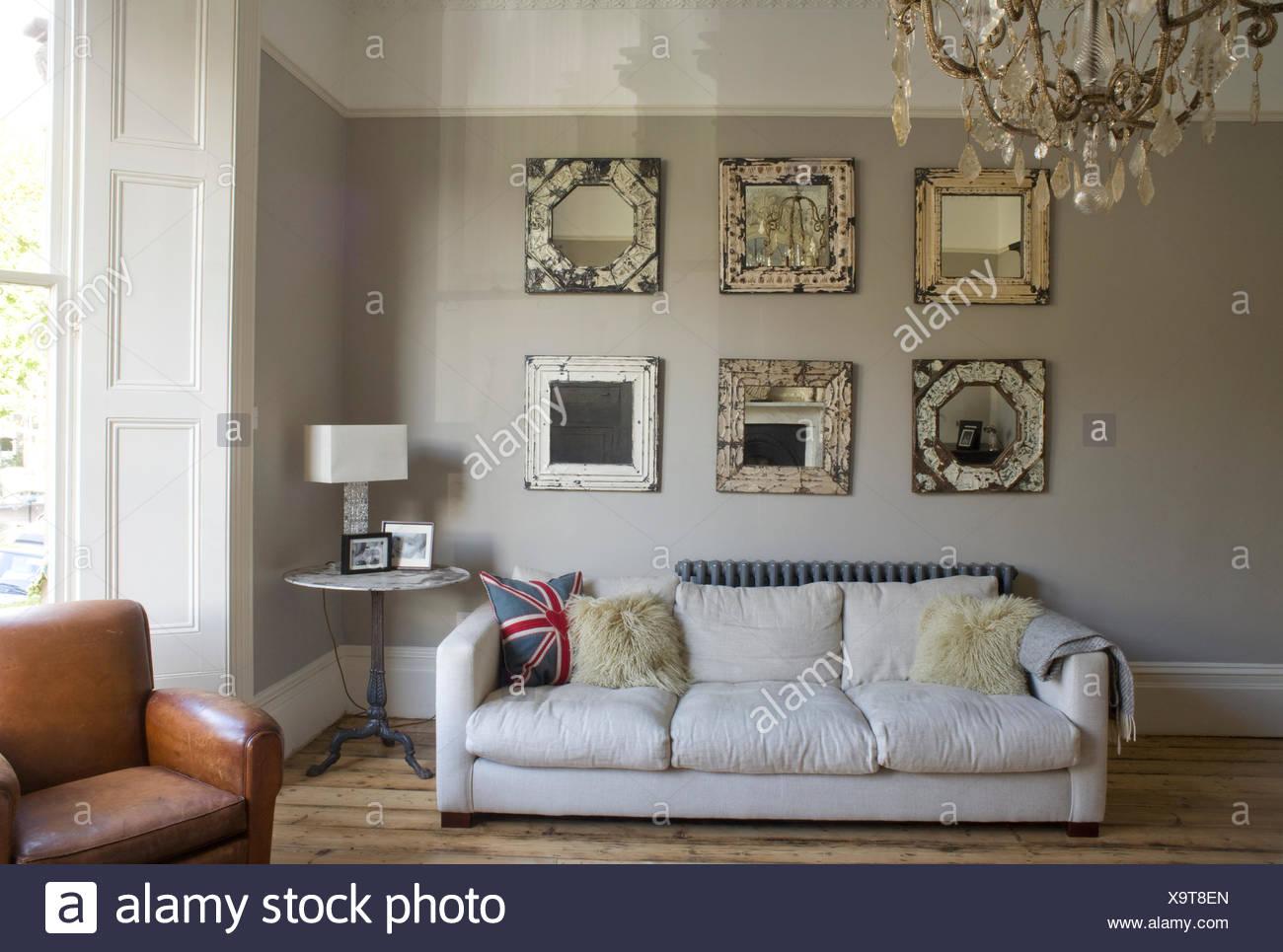 Specchio Sopra Divano.Collezione Di Specchi Ornati Sopra Divano Bianco In Bianco