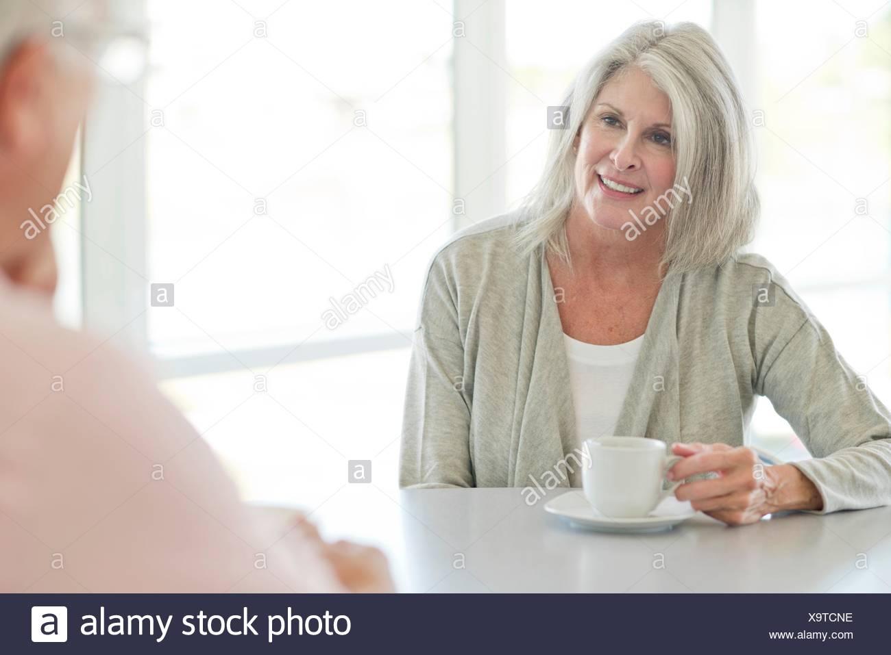 Senior donna con la tazza di tè. Immagini Stock