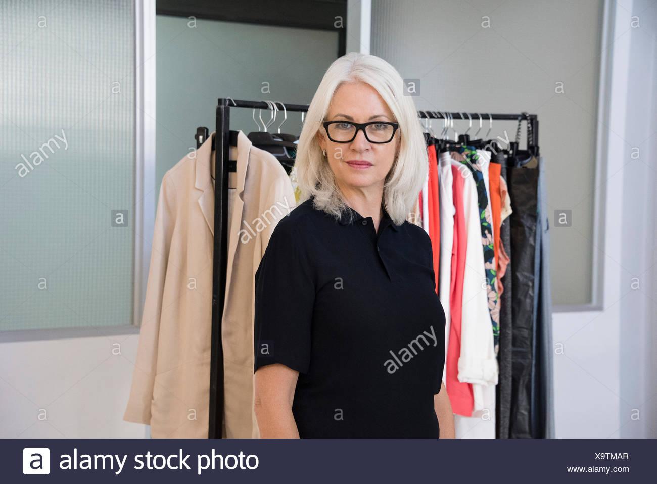 Designer del vestito in piedi nel suo ufficio Immagini Stock