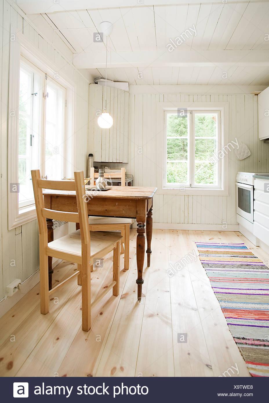Cucina interno con un piccolo tavolo da pranzo per due e tappeto sul ...