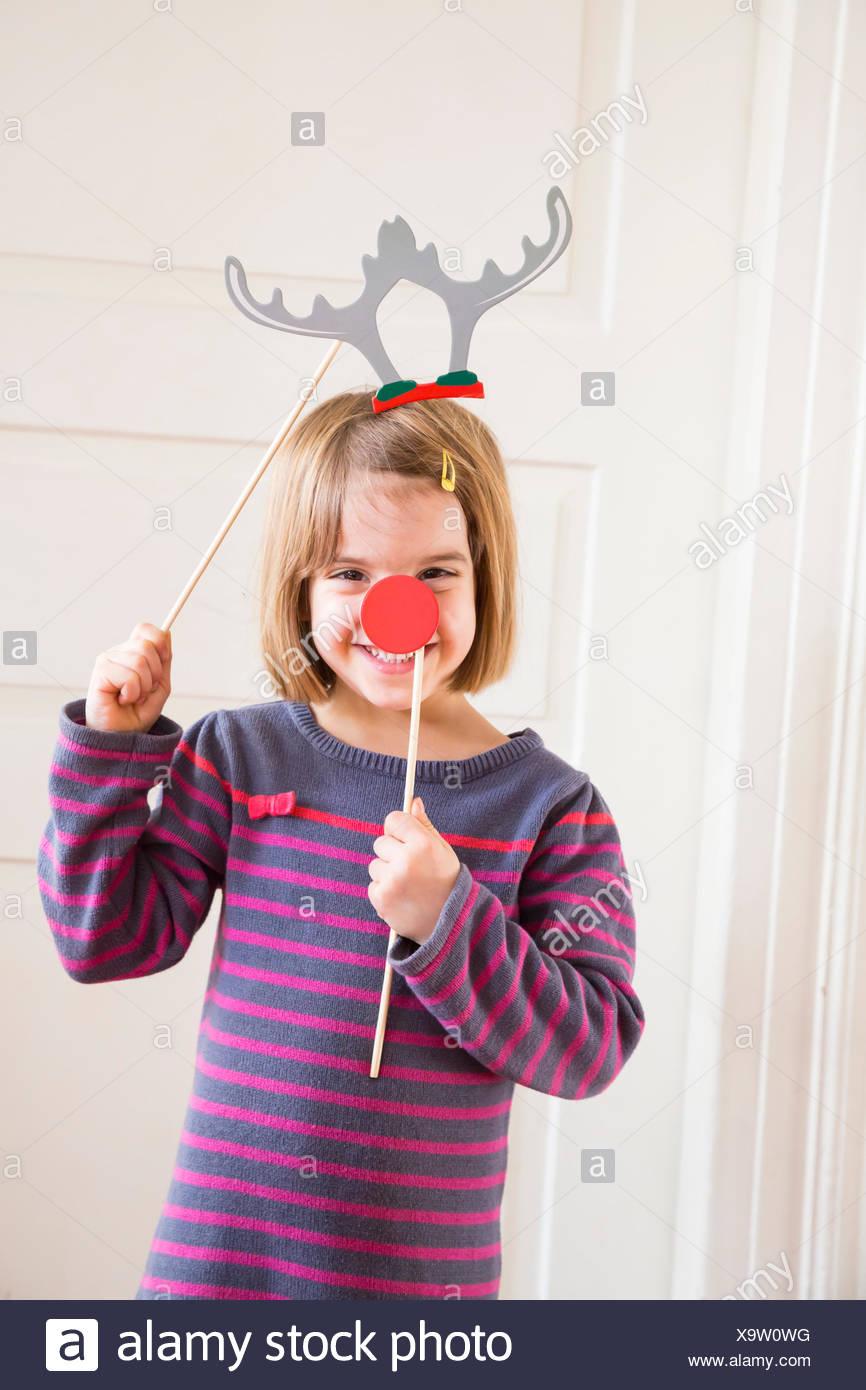 Ritratto di bambina con corna giocattolo e naso rosso Immagini Stock c75ba265b0d