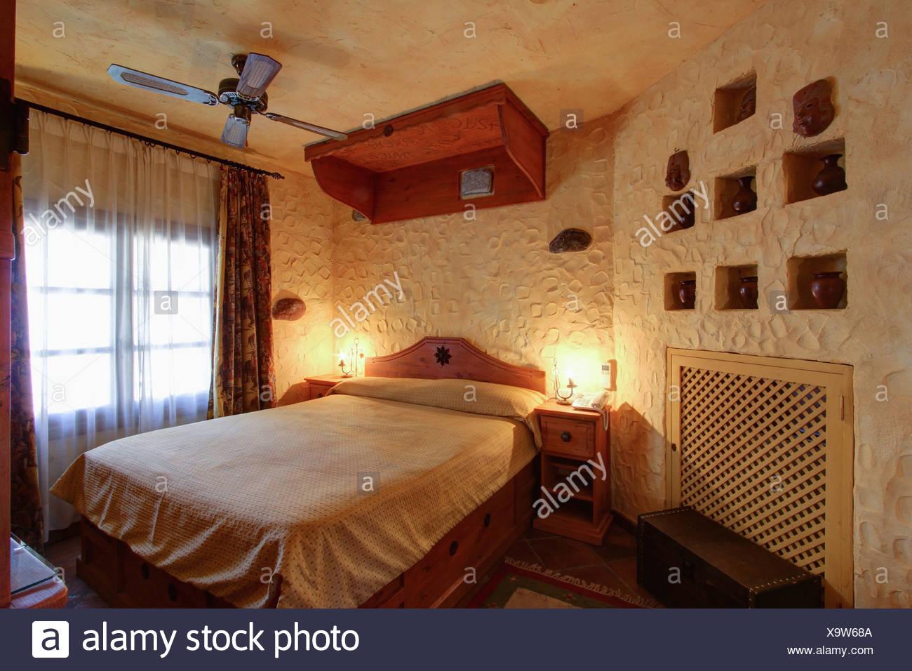 Tettoia in legno sopra il letto in camera da letto spagnolo con un ...