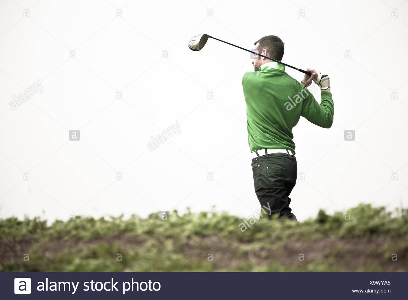 L'uomo giocando a golf Immagini Stock