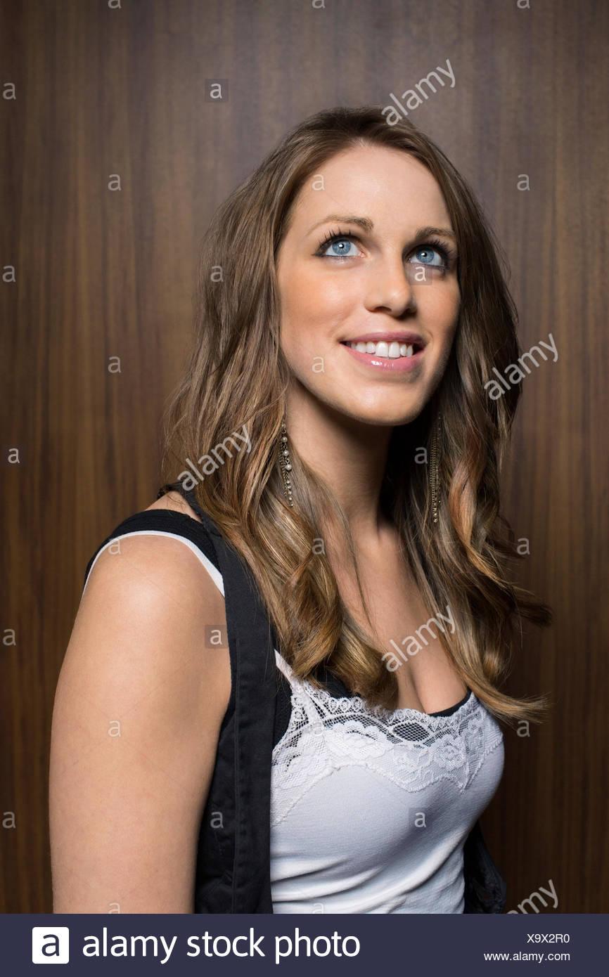 Sorridente brunette donna che guarda verso l'alto Immagini Stock