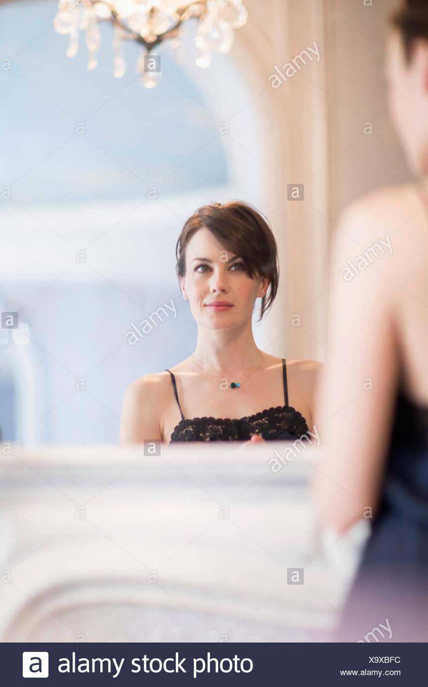 La riflessione di una donna in specchio Immagini Stock