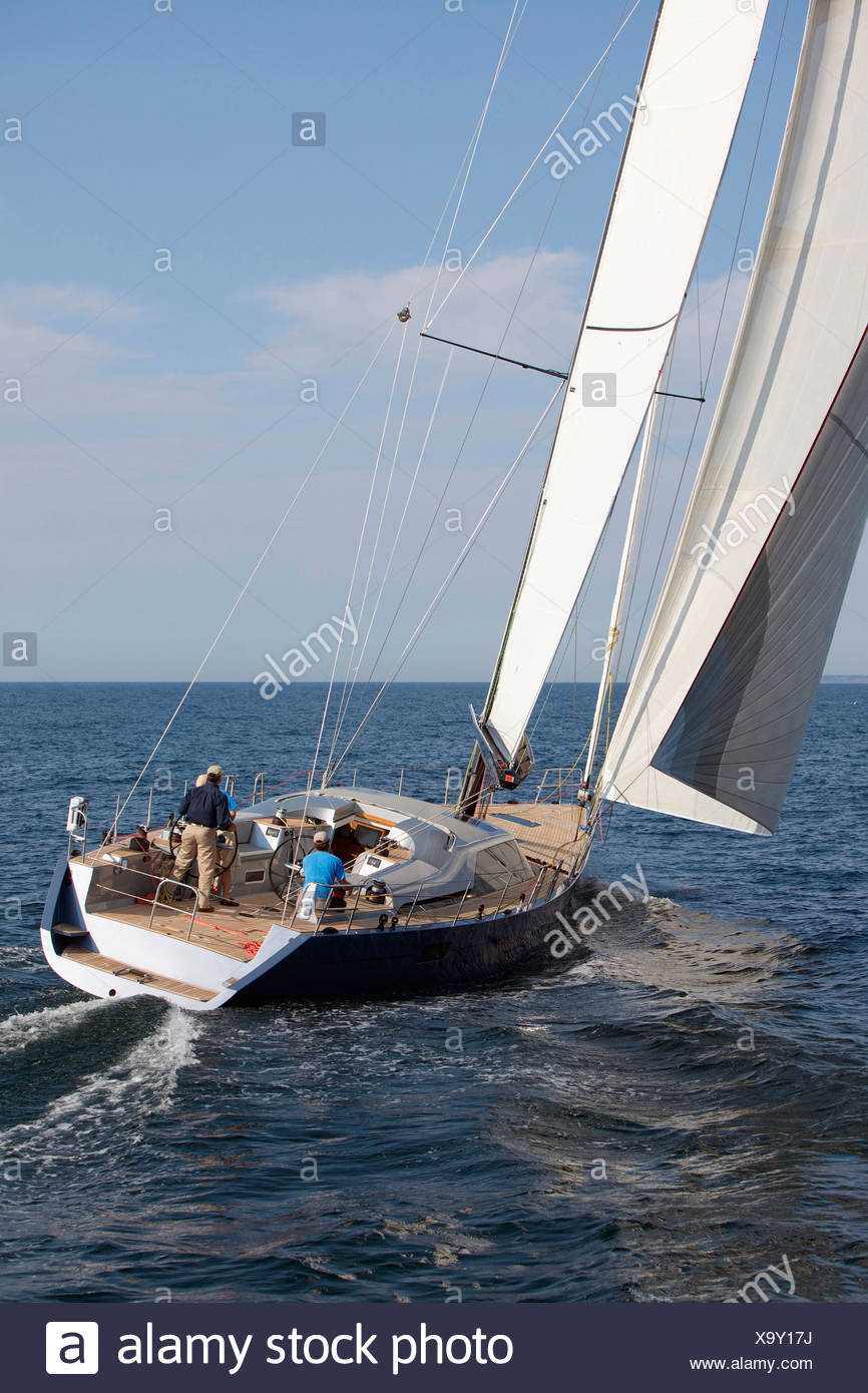 Un equipaggio gare un moderno oceaniche yacht a vela. Immagini Stock