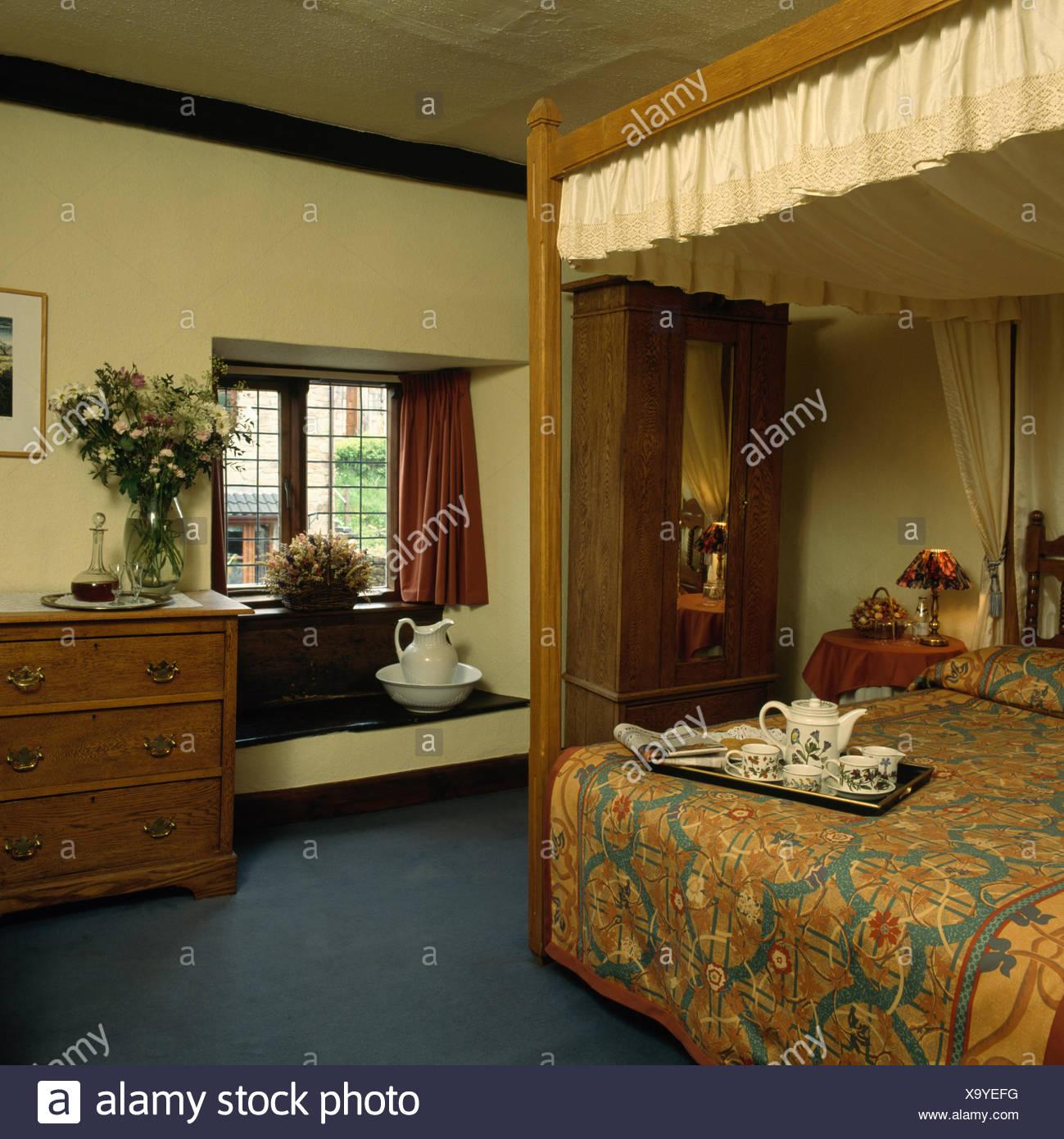 Camere Da Letto Anni 80 vassoio colazione a letto fourposter nella camera da letto