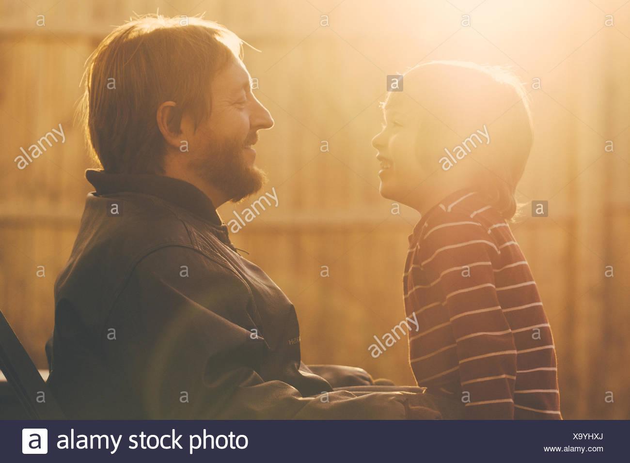 Padre Felice con il Figlio al mattino Immagini Stock