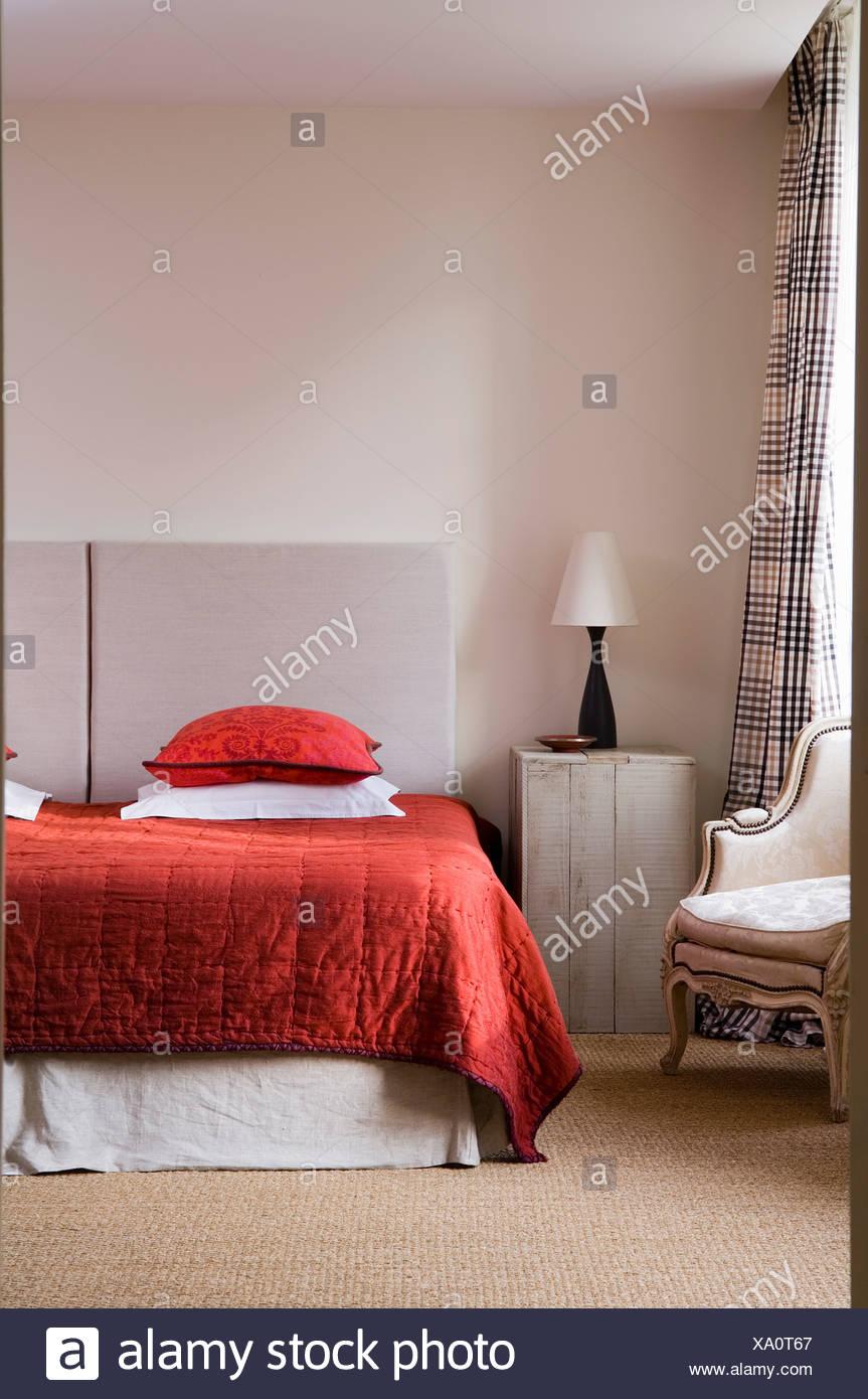 Di seta rossa su quilt letto doppio con il grigio testata ...