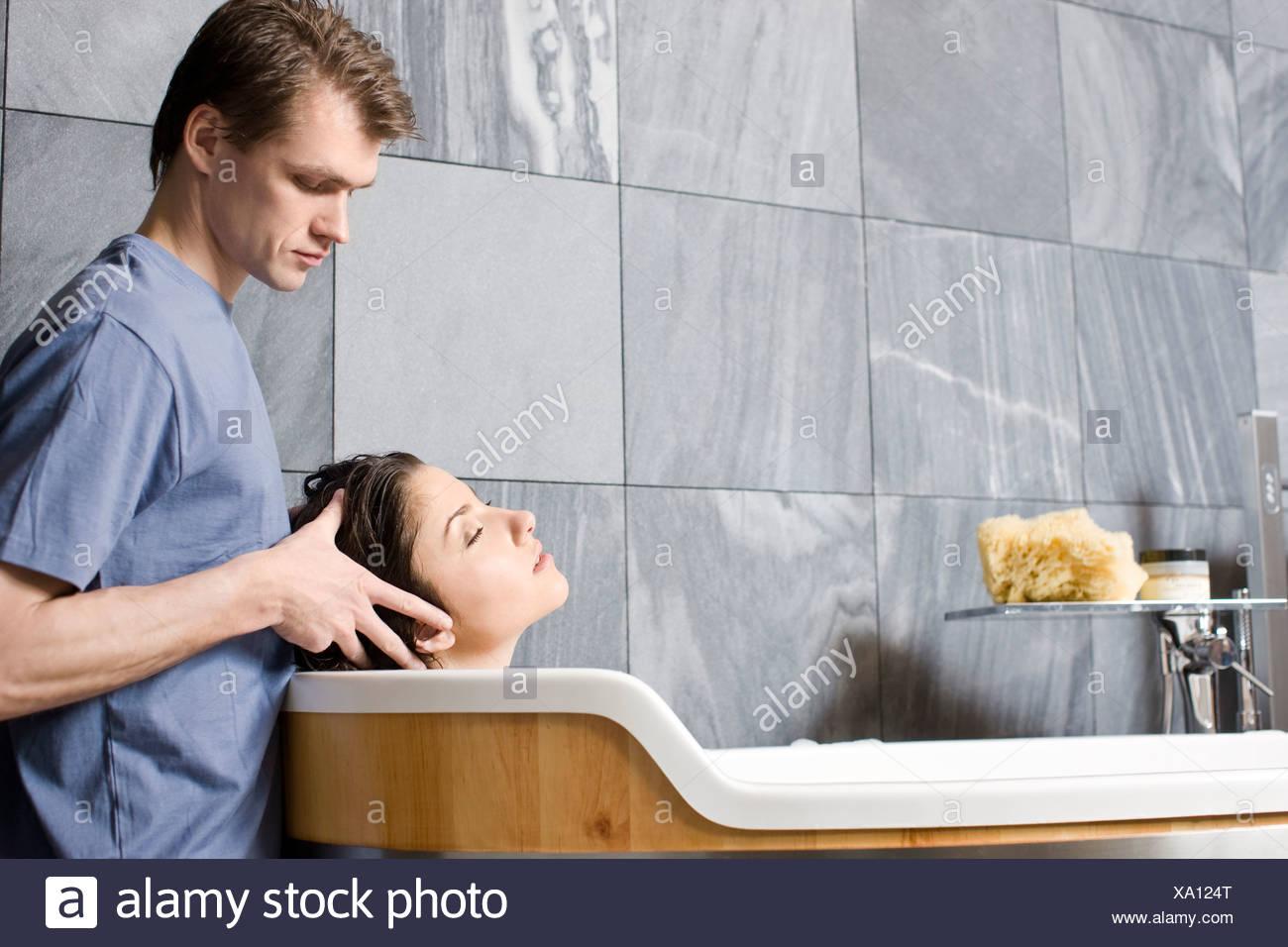 Uomo Donna Di Massaggio In Vasca Da Bagno Foto Stock Alamy