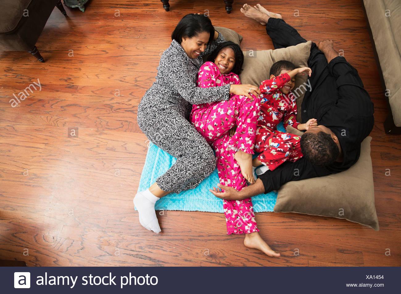 5ca9ad70f6 Metà coppia per adulti e bambini che giocano sul pavimento cuscini ...