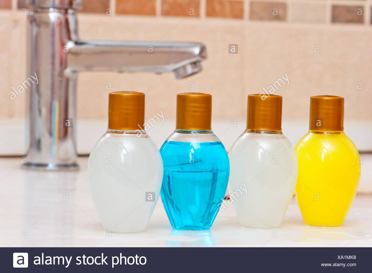 Set igienico dei prodotti per la cura del corpo in bagno foto