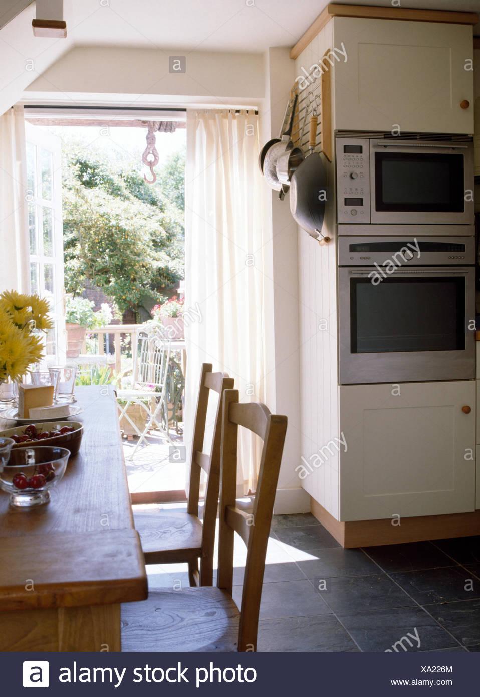 Semplici tavoli e sedie in legno nella sala da pranzo del cottage ...