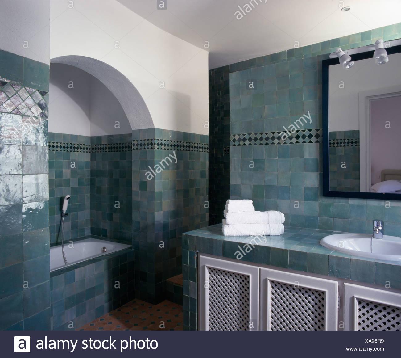 Spagnolo moderno bagno con parete verde piastrelle e bagno ...