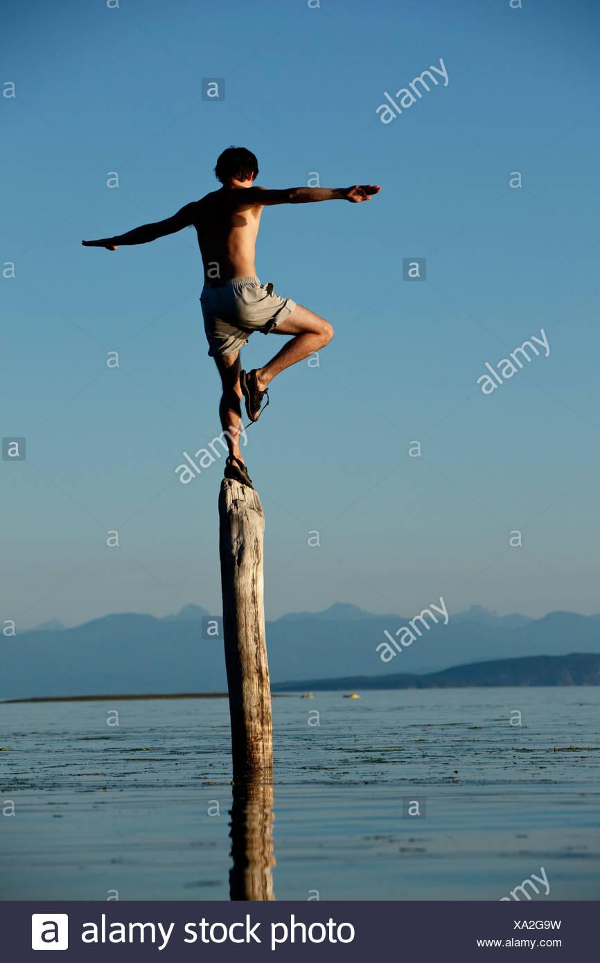 L'uomo saldi sul log in British Columbia. Immagini Stock