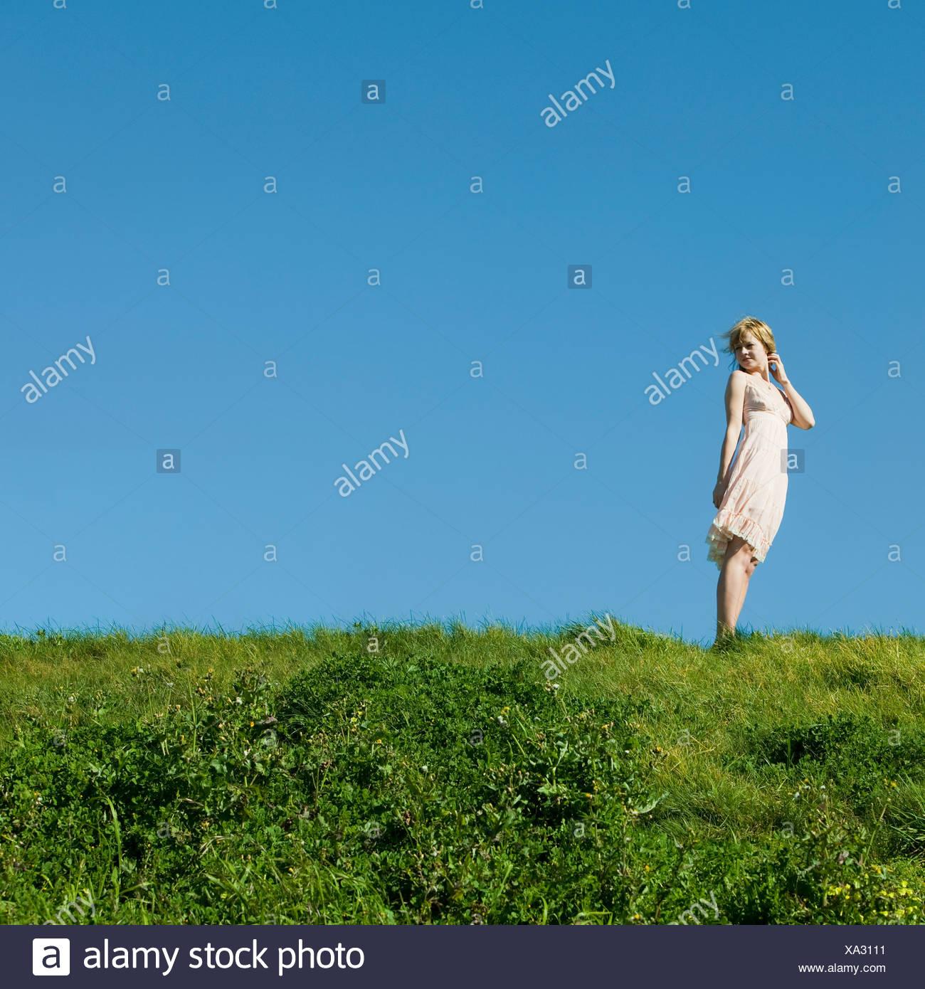 Stati Uniti, California, San Francisco, giovane donna in piedi sull'erba Immagini Stock