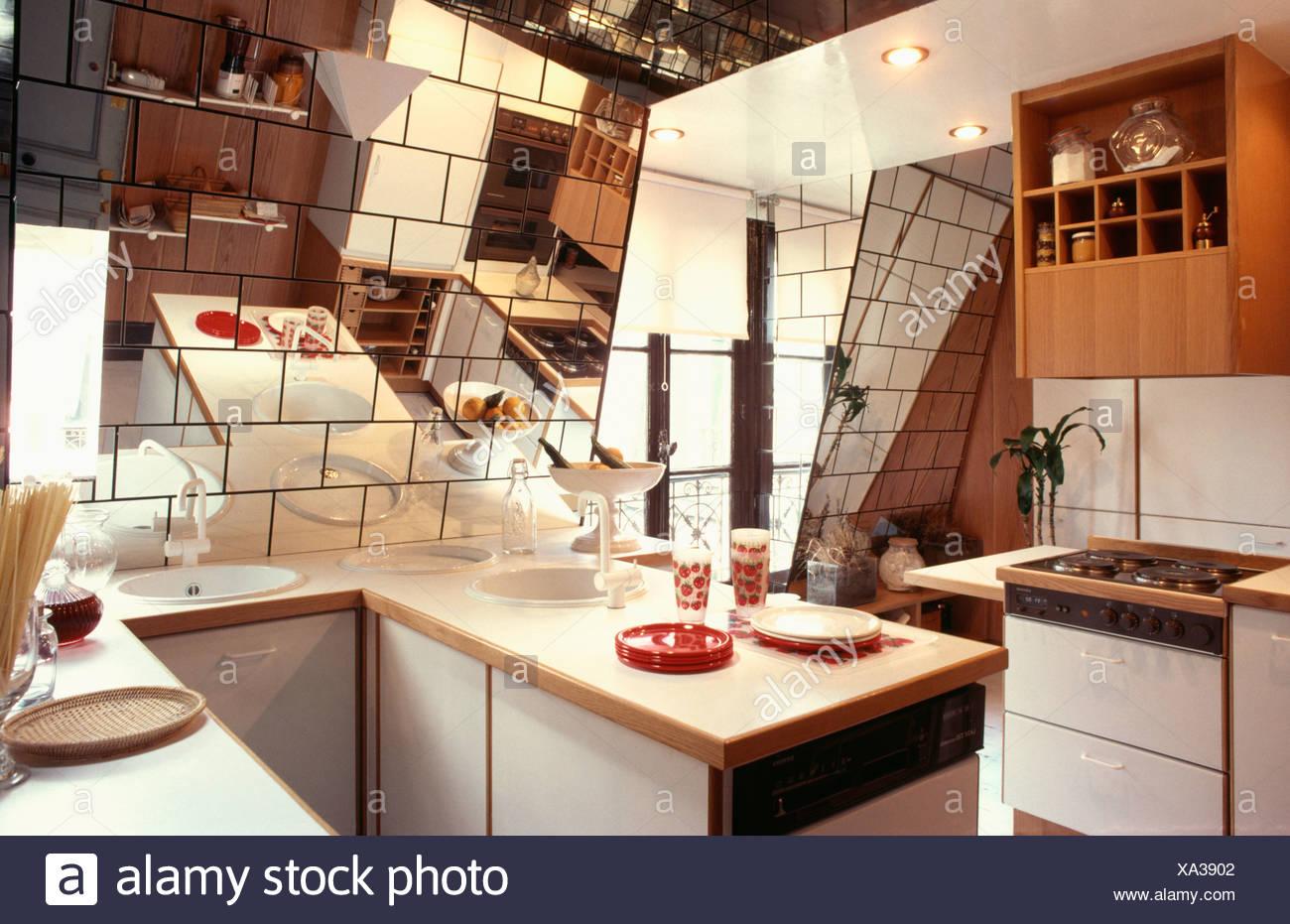 Piccolo attico degli anni ottanta cucina con piastrelle a specchio