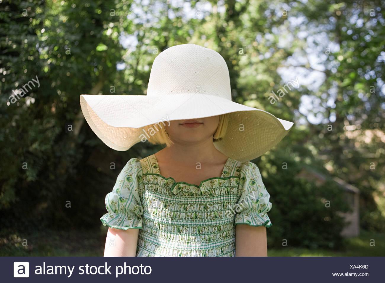 Bambina indossa un grande cappello per il sole Foto   Immagine Stock ... d2c94e9cbf87