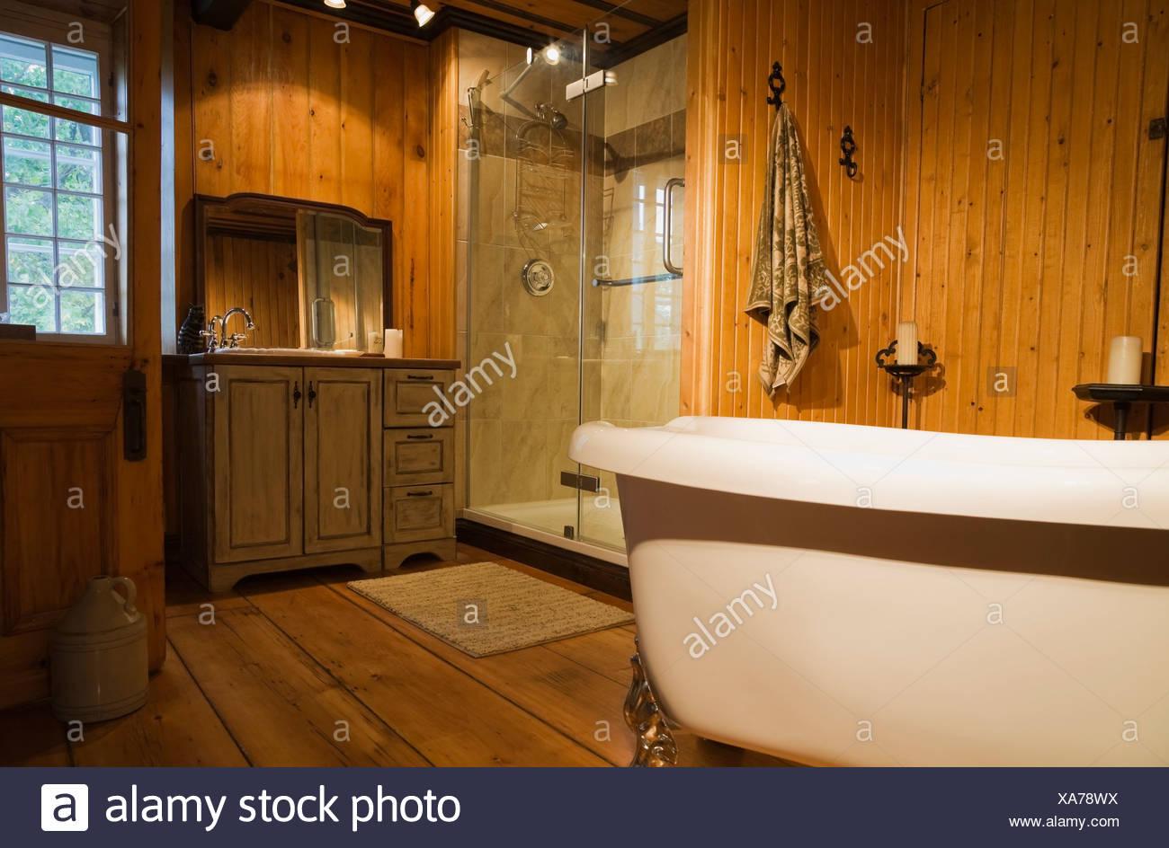 Roll top vasca da bagno doccia bagno vecchio foto immagine stock