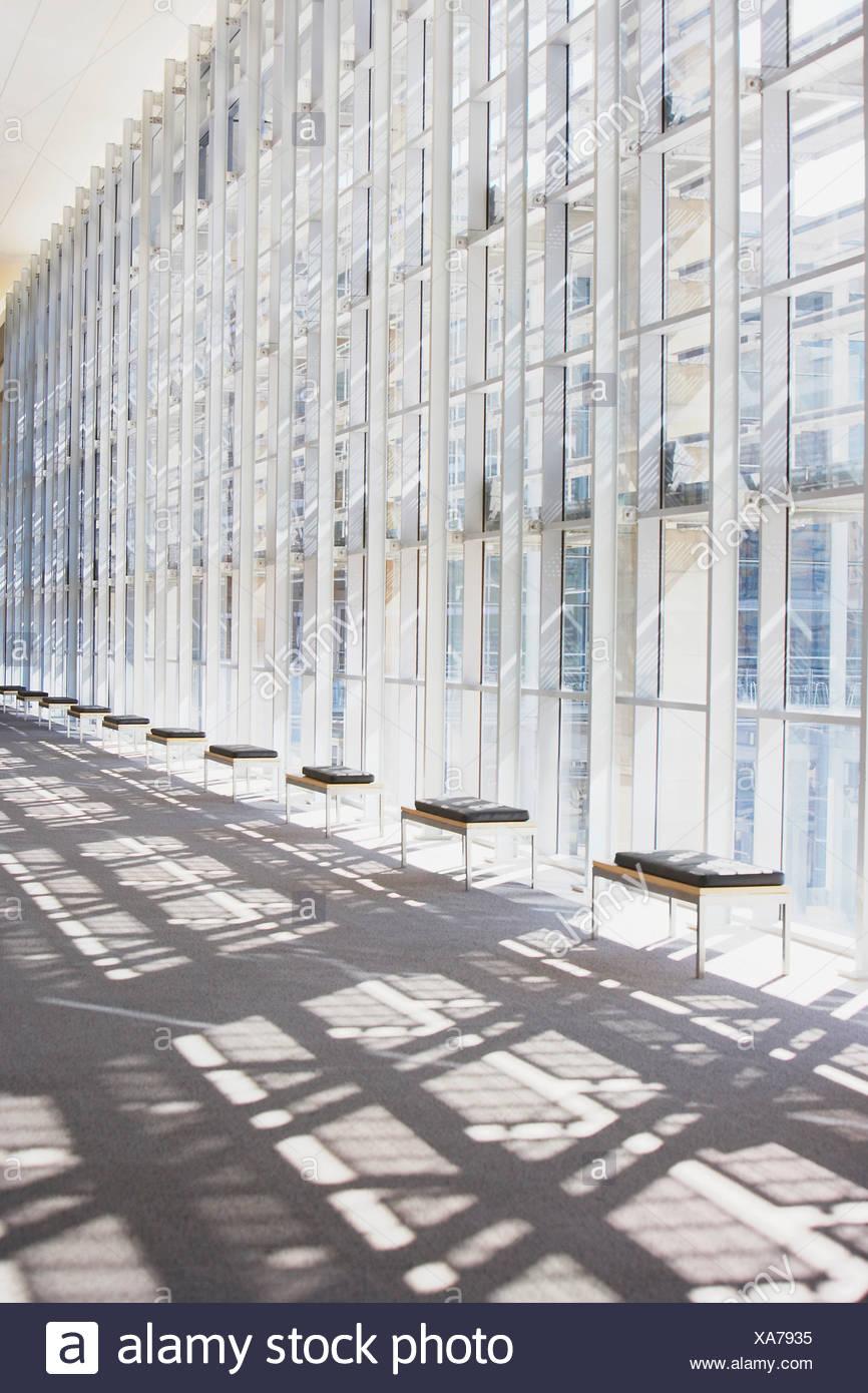 Corridoio vuoto con grandi finestre Immagini Stock