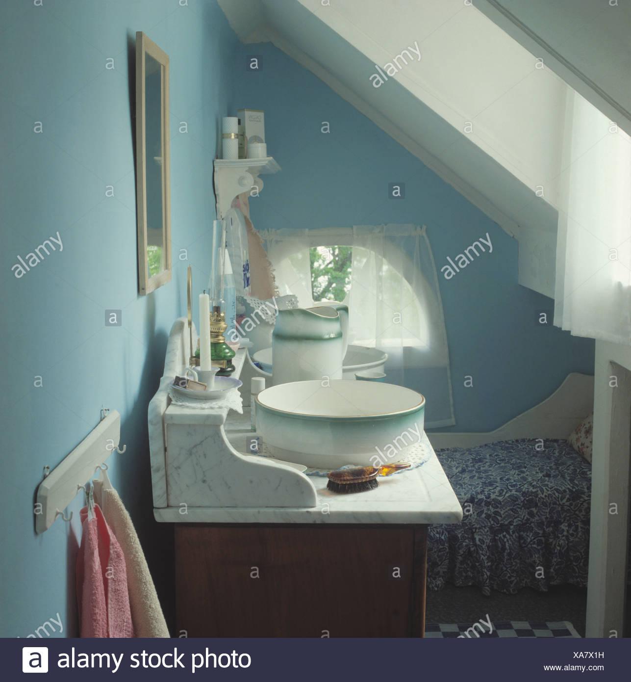 Antico Lavabo In Marmo E Una Ciotola In Blu Bagno Soffitta Foto