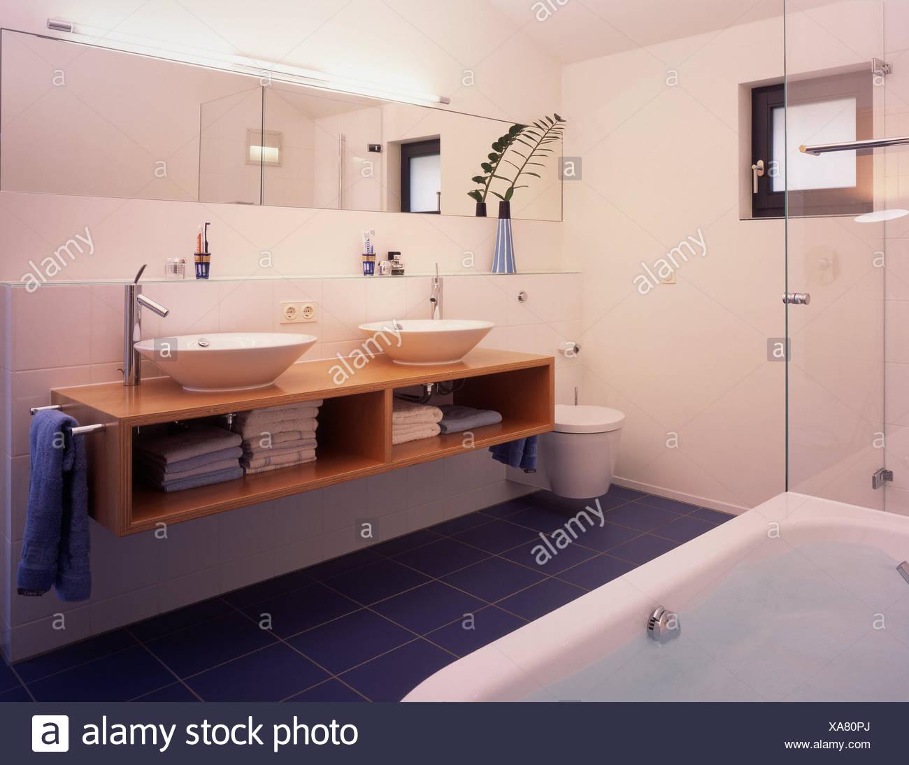 Le stanze da bagno, interior shot, dettaglio, lavandino, vasca da ...