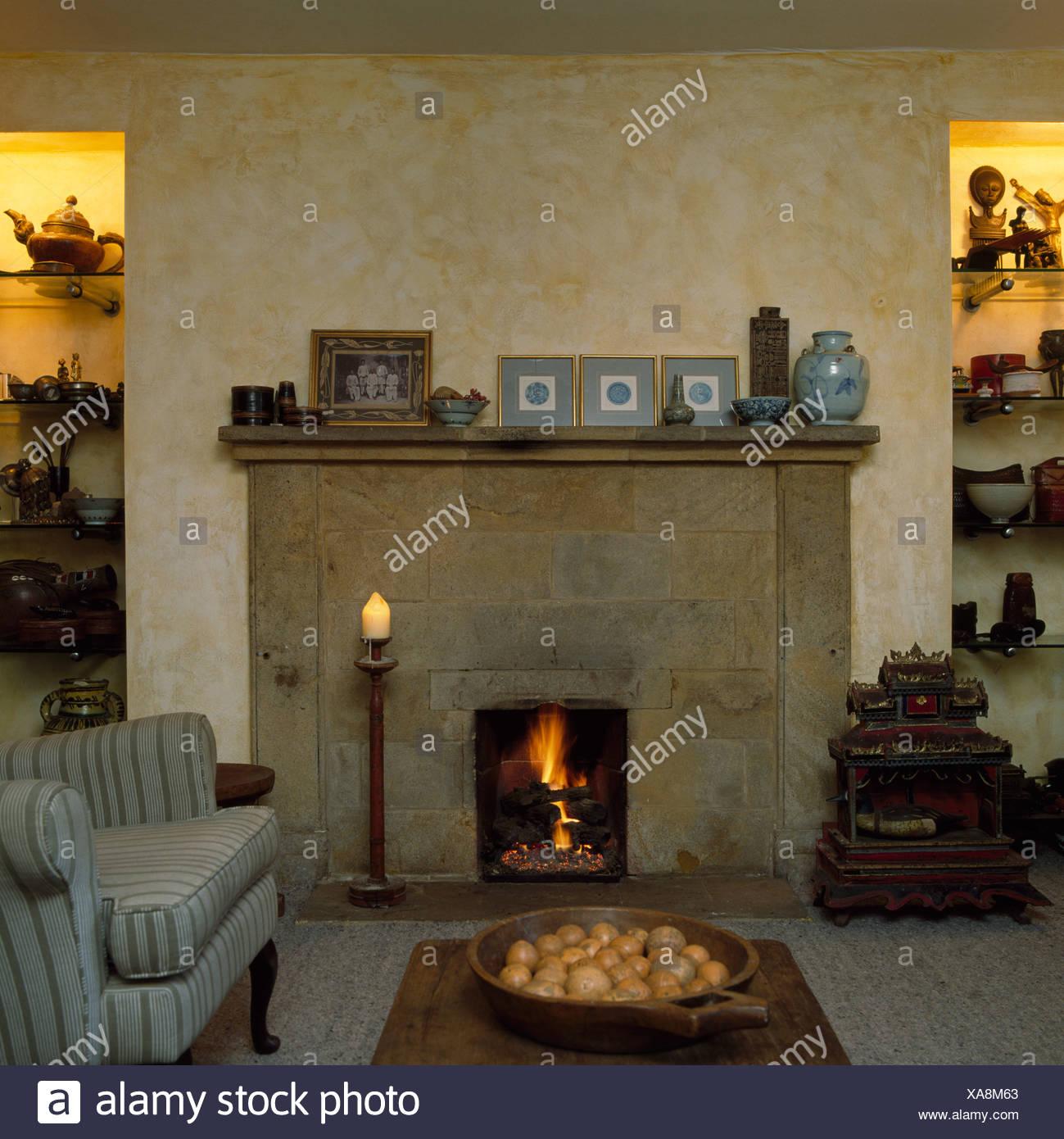 Camino in pietra nel soggiorno con ragged effetto vernice ...