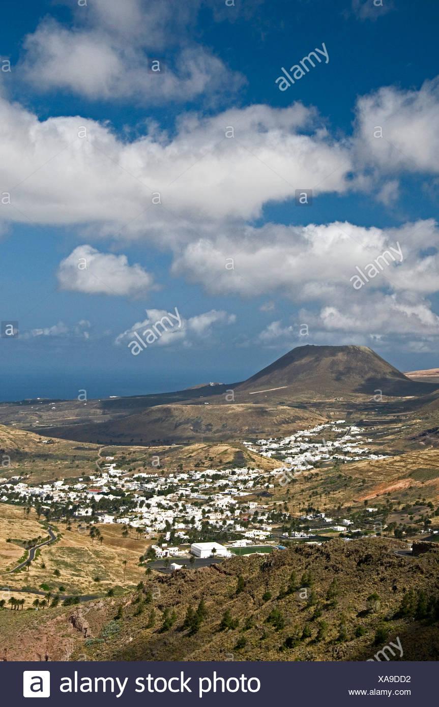 Haria e Monte Corona, Lanzarote, Isole Canarie, Spagna, Europa Immagini Stock