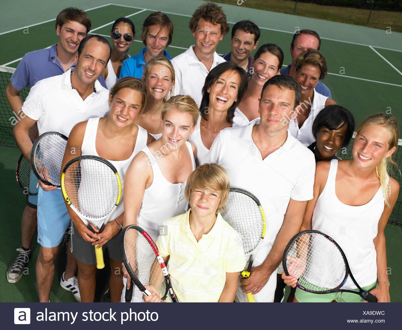 Gruppo di persone sul campo da tennis Immagini Stock